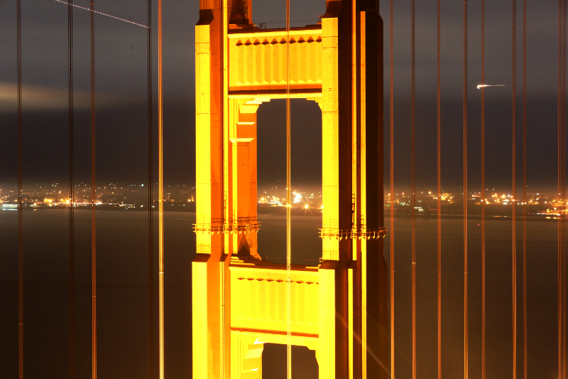 Golden-Gate-Bridge-close-up-night